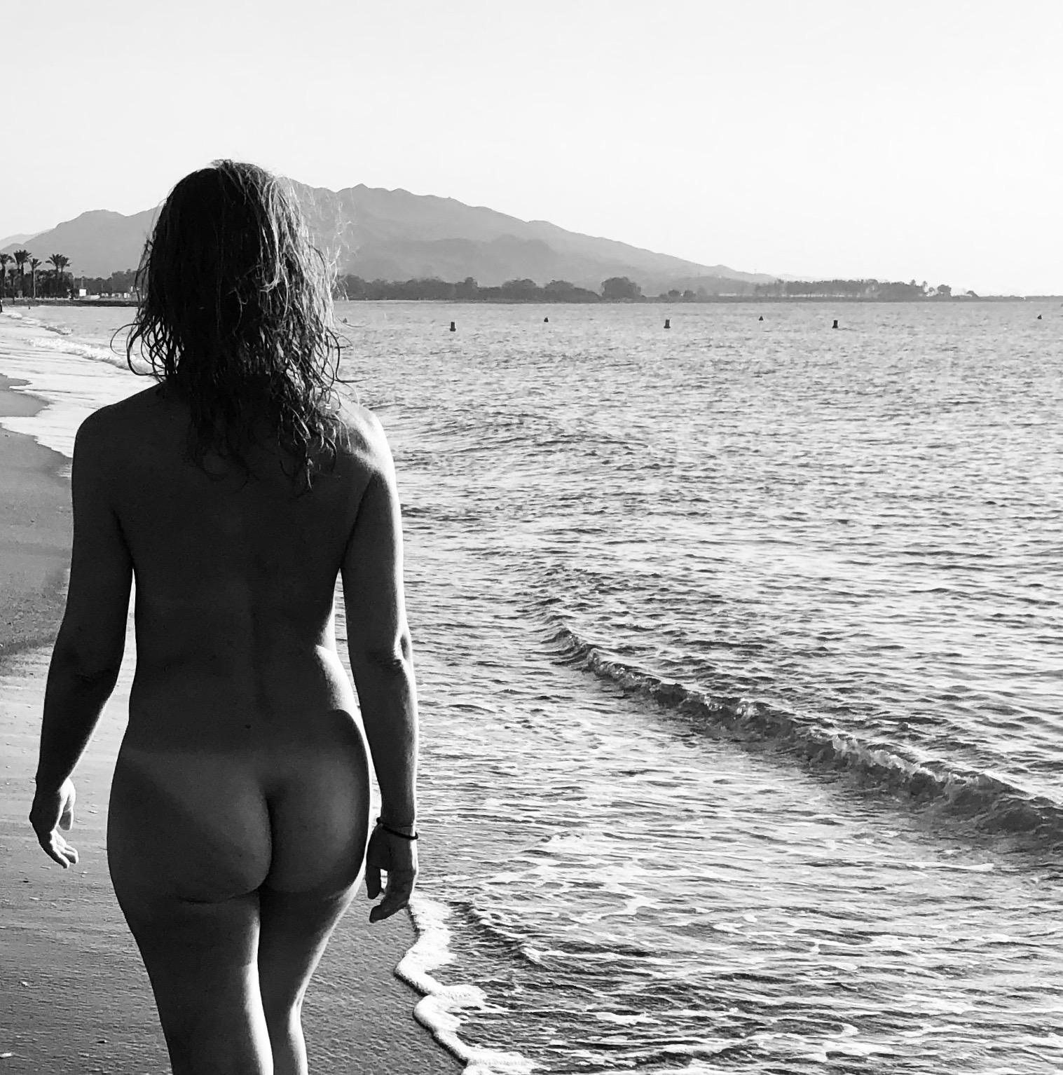 Dos mujeres haciendo nudismo